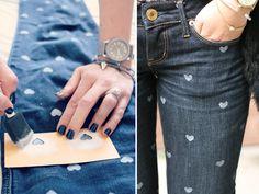"""Todo mundo tem um jeans velho esquecido no armário. O que muita gente não sabe é que com um pouquinho de criatividade e paciência dá pra deixar ele novinho e ainda mais estiloso! Hoje vamos ensinar a técnica do Stencil e do Tie Dye, com elas você poderá criar diversos desenhos em suas roupas, como...<br /><a class=""""more-link"""" href=""""https://estilo.catracalivre.com.br/roupa/customizacao-deixe-seu-jeans-velho-novo/"""">Continue lendo »</a>"""