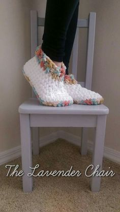 Cloud 9 Crochet Slippers - free crochet pattern in Women's Sizes 5-7 (7-9, 9-11) from The Lavender chair. Super chunky.