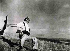 """El 5 de septiembre de 1936 la Leica III de Robert Capa capta la famosa fotografía """"Muerte de un Miliciano"""", (originalmente Death of a Loyalist Soldier), cuando el anarquista Federico Borrell García, Taíno, cae abatido en Cerro Muriano (Córdoba). La instantánea da la vuelta al mundo y se convierte en un icono de la guerra civil y una las fotografías más famosas de la Historia."""