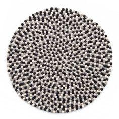 """Nøytrale farger, svart hvit og grå slår aldri feil. <div class=""""description""""> Teppet finnes orginalt i fire størrelser. Andre størrelser kan bestilles på forespørsel. 90 cm 100 cm 120 cm 140 cm Teppene fra onfloor er et godt stykke håndarbeid. Produktet er håndlaget i Nepal – av kvinner og noen menn som har dette som sin viktige inntektskilde. Det er laget av 100 % ny ull fra fra New Zealand. Teppet har derfor en overlegen myk følelse. NB: Teppene leveres kun til Norge! :) ... Nepal, Diva, Rugs, New Zealand, Stuff To Buy, Decor, Farmhouse Rugs, Decoration, Divas"""