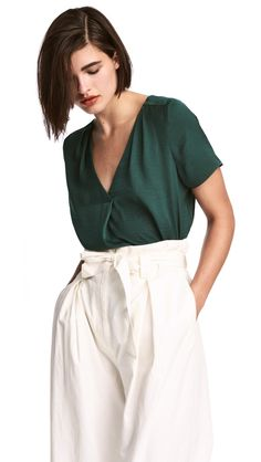 Short-sleeved, V-neck blouse in woven crêped fabric. Pleats at front, box pleat at back, and rounded hem. Blouse Col V, V Neck Blouse, Western Tops, Teaching Outfits, Teaching Clothes, What Is Fashion, Blouse Online, Business Fashion, Autumn Winter Fashion