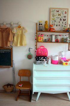 Chambre enfant commode vert d'eau chaise vintage tableau