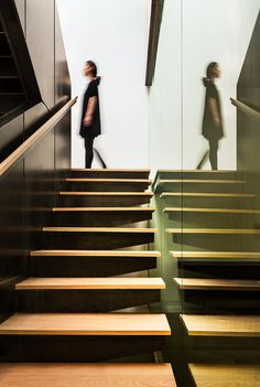 Modern Stairs // wood stairs with a minimal glass wall and contrasting dark wall - detail of treads at the Bridge House by Höweler+Yoon Architecture Bookcase Stairs, Wood Staircase, Staircases, Interior Stairs, Best Interior, Stairs Architecture, Interior Architecture, Grand Stairway, Stairs In Living Room