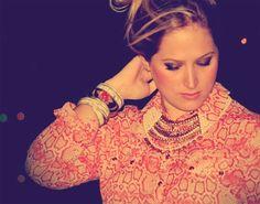 Joana com pulseiras, colar e camisa cobra