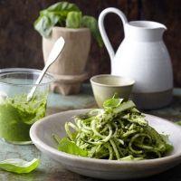 Zucchini mit grünem Spargel und Pistazienpesto