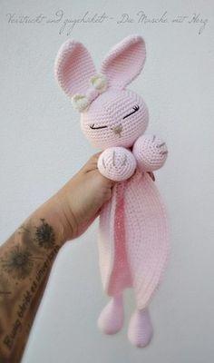 Hase häkeln /// Baby-Schmusetuch häkeln Schmusetuch Häschen Always wanted to figure out how to knit, however unsure how to start? That Utter Beginner Knitting S. Easy Crochet Patterns, Crochet Patterns Amigurumi, Amigurumi Doll, Crochet Dolls, Crochet Lovey, Crochet Rabbit, Baby Blanket Crochet, Kids Crochet, Wiedergeborene Babys