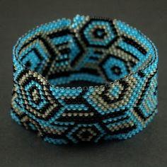 Płaska peyotowa bransoletka ze wzoru znalezionego w sieci.