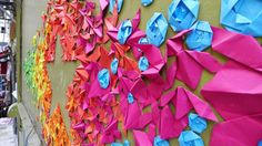 Beautiful origami street art by Mademoiselle Maurice in the city of Angers, France. - Art - Check out: Origami Street Art on Barnorama Origami Arco Iris, Rainbow Origami, Origami Art, Origami Installation, Street Installation, Diy Arts And Crafts, Paper Crafts, Diy Crafts, Mademoiselle Maurice