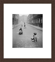 John Drysdale, Street Playground, 1956 / 2013 © www.lumas.com/ #Lumas50s,  Asphalt,  Black and white,  black-and-white,  Boy,  Boys,  Chalk,  Child,  Children,  Cities,  City,  Drawing,  Drawings,  fifties,  Game,  games,  Photography,  play,  street,  Streets
