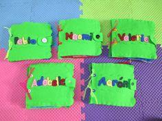 Libros elaborados a mano muy sencillos, realizados con fieltro, listones de colores, foami, velcro, cuentas de colores, ojitos móviles, perforadora, silicón frío, aguja e hilo.
