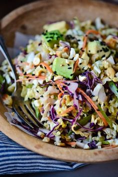 Crunchy cabbage salad with spicy peanut dressing. This vegan salad is loaded with veggies and topped with a spicy peanut butter based dressing! Think Food, I Love Food, Healthy Salads, Healthy Eating, Whole Food Recipes, Cooking Recipes, Cooking Tips, Vegetarian Recipes, Healthy Recipes