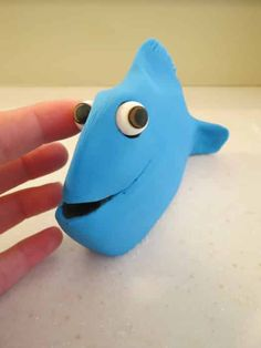 How to make a Finding Dory cake topper • CakeJournal.com Dory Birthday Cake, Second Birthday Cakes, 4th Birthday, Dory Cake, Little Mermaid Characters, Making Fondant, Tutorials