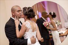 O casamento real e econômico de hoje é da Taynah com Dario. Eles realizaram um casório lindo, do jeitinho que eles queriam gastando apenas 7K. Vem ler!