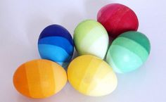 Failsafe easter/spring - use natural colours. Ombre Easter Eggs - submerge the eggs about into the dye and leave for a few minutes. Then add some more water. Do the same till the eggs are completely covered by the water. Easter Egg Dye, Easter Egg Crafts, Coloring Easter Eggs, Hoppy Easter, Egg Coloring, Easter Tree, Diy Osterschmuck, Easy Diy, Easter Egg Designs