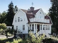 The gambrel roof of my dreams Swedish Cottage, Swedish House, House Extensions, Scandinavian Home, House Layouts, White Houses, House Goals, Hygge, Future House