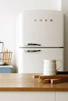 Design in your own style with Retro Smeg refrigerators. Ideal for Retro, Vintage, Eclectic or Traditional styles. Smeg Kitchen, Smeg Fridge, Kitchen Redo, Kitchen Remodel, Pool House Interiors, Retro Refrigerator, Craftsman Kitchen, Minimalist Room, Barbie Dream House