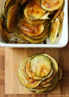 Easy Oven-Baked Zucchini Chips - Healthy Baked Zucchini Chips Veggie Snacks, Vegetable Recipes, Healthy Snacks, Healthy Eating, Dieta Hcg, Zucchini Chips Recipe, Paleo Recipes, Cooking Recipes, Vegan Recipes