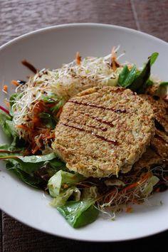Galettes+de+quinoa+aux+légumes+sans+gluten+et+sans+lactose. Easy Healthy Recipes, Gluten Free Recipes, Vegetarian Recipes, Gluten Free Cooking, Cooking Recipes, Cuisine Diverse, Vegan Lunches, Vegan Burgers, Coco
