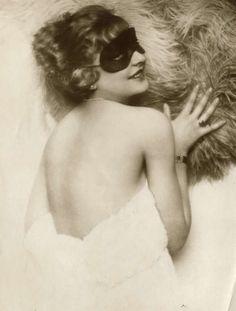 Masked with fan, 1927 Vintage Glamour, Vintage Beauty, Celine, Pin Up, Ziegfeld Girls, Lace Mask, Feminine Mystique, Portraits, Masquerade Ball