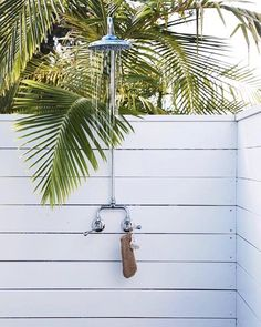THE CHALET The ultimate holiday pad, The Chalet by evokes the glamour days of Palm Beach, California but with a relaxed vibe that is pure Byron ✨ Via Outdoor Baths, Outdoor Bathrooms, Outdoor Showers, Outside Showers, Surf Shack, Beach Shack, Foyers, Bungalow, Byron Beach