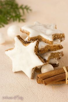 Zimsterne (stelle di cannella biscotti facili senza farina) Xmas Food, Christmas Cooking, Chocolates, German Christmas Cookies, Cookie House, Biscuit Cookies, Winter Food, Cooking Time, Cookie Recipes