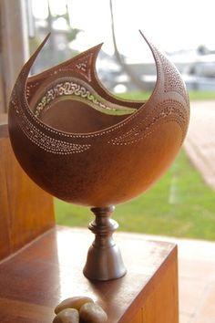 Cette magnifique calebasse sur son pied en inox apportera du charme dans votre maison. Qu'elle soit située dans votre intérieur, ou votre extérieur, elle enchantera votre espace - 18989861 Pottery Pots, Ceramic Pottery, Ceramic Art, Wooden Art, Wooden Bowls, Coconut Shell Crafts, Decorative Gourds, Ceramic Candle Holders, Gourd Lamp