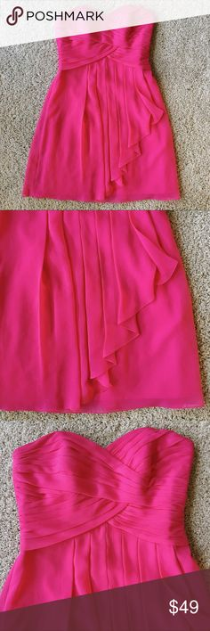 David's Bridal Strapless Sweetheart Dress In perfect condition! No alterations on this, this strapless style is great for a wedding or other events! Crinkle chiffon in a flowy style. David's Bridal Dresses Strapless