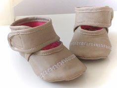 Babyschoentjes, gemaakt van een oud leren jasje. Apr. 2016.