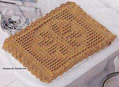 Tapete trabalhado em ponto baixo, formando desenho em ponto alto e ponto alto em relevo. Barbante 4/8 e agulha para crochê 4mm.           ...