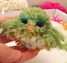 this is just an incredibly cute pom pom bird! Bird Crafts, Cute Crafts, Easter Crafts, Crafts To Make, Arts And Crafts, Yarn Animals, Pom Pom Animals, Wool Dolls, Yarn Dolls
