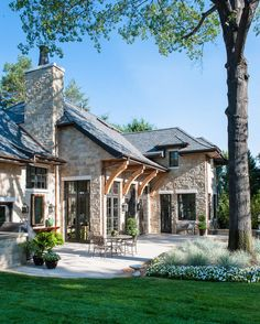 9 fantastic exterior design ideas that looks cool 6 Style At Home, Hill Country Homes, Texas Hill Country, Tudor Style Homes, Rustic Home Design, Colorado Homes, Colorado Mountain Homes, Modern Farmhouse Exterior, Stone Houses