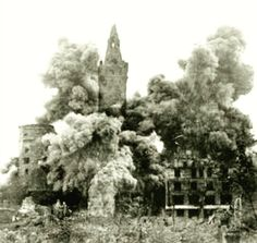 Kaliningrad sollte als sowjetische Musterstadt auf den Trümmern Königsbergs neu entstehen, möglichst ohne dabei an die deutsche Vergangenheit zu erinnern. Der Schlossturm wurde schon 1955 gesprengt, bevor 1968 auf Befehl der sowjetischen Staatsführung unter Leonid Iljitsch Breschnew die komplette Schlossruine beseitigt wurde. Das Foto wurde von André Gebler aus Dresden zur Verfuegung gestellt, 1968