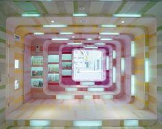 Vejam que incrível essa livraria que foi construída em Pequim pelos arquitetos daSako Architects! Um ambiente lúdico onde as crianças são convidadas a entrar e passar o tempo lendo e escolhendo novos livros. Vistas da entrada do prédio, com um lindo trabalho com proporções e cores, além da iluminação que fica embutida nas diferentes faixas …