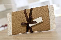 Convite de casamento rústico-chique: cartão, luva e acabamento em fita de cetim.