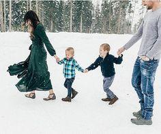 New Maternity Photography Snow Family 56 Ideas Snow Family Pictures, Winter Family Photos, Family Picture Poses, Family Picture Outfits, Family Pics, Holiday Photos, Picture Ideas, Photo Ideas, Big Family