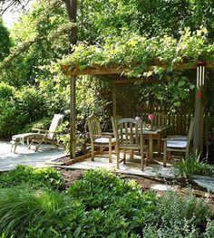 Projeto publicado #sónosite da designer de interiores Cecilia Dupire, em Nova York. A área externa da casa é um espetáculo à parte, com direito a um pergolado dos sonhos (Foto: Costas Picadas/Divulgação) #grama #gramado #paisagismo #lawn #césped #pelouse #grass #paisagismo #jardim #jardinagem #plantinhas #gardening #plantas