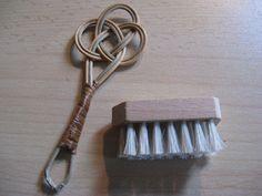 Voor in het poppenhuis...antieke miniatuur houten matteklopper en borstel...ca. 1930 door AntiqueshopNL op Etsy