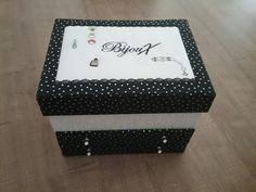 J ai réalisé cette jolie boîte à bijoux en lin et coton avec plein de rangements. La broderie à été  réalisé  par mon amie Marcelle .Merci Marcelle ! Fatima