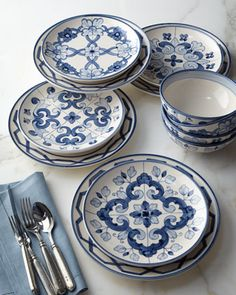 Porcelana portuguesa. Branco e azul ,um luxo!