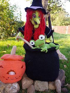 Halloween ohne Hexe ist nicht vorstellbar. Deswegen gibt es hier eine richtige gräßlich-häßliche Halloweenhexe, die mit Hut 80 cm hoch ist. Und zu jeder Hexe gehört natürlich eine Hexenküche und ein Besen. All diese Dinge habe ich hier in einem Kom