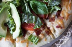 Copycat CPK California Club Pizza // This Copycat CPK California Club Pizza is an identical (if you ask me) replica of the original restaurant pizza. If you are a fan of the club sandwich, you will be a fan of this pizza! Pizza Recipes, Copycat Recipes, Gimme Pizza, California Pizza Kitchen, Semi Homemade, Green Tomatoes, Vegetable Pizza, Delish, Healthy Eating