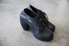 Black Leather Oxford Shoes with Curved Heel | cendre