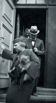 Der Dirigent Arturo Toscanini verläßt das Salzburger Festspielhaus, vor ihm seine Frau (oNo. ). Photographie von Trude Fleischmann, um 1935