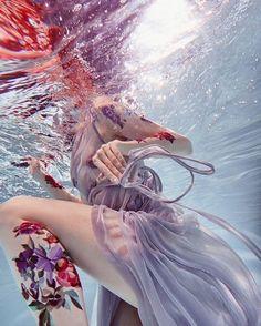 "Simply GORGEOUS underwater photography by @ilonaveresk, from her ""SACRED BLOOM"" series. .  Muse: @albertaberlin, Make-up: @elya_bulochka, Dress: @ava.11 .  .  .  .    #beautifulbizarremagazine #contemporaryart #underwaterphotography #tattoos #sunlight"