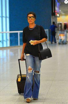 Com mais um look arrasador, Juliana Paes chamou a atenção no aeroporto com calça jeans flare destroyed, plataformas e bolsa da grife Chanel
