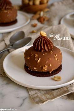 Gâteau Cacahuétes: Erdnussmousse mit Karamellkern und Schokoladenkeks - cook n chill Small Desserts, Gourmet Desserts, Fancy Desserts, Dessert Drinks, Dessert Recipes, Bolo Minnie, Beautiful Desserts, Cafe Food, Sweet Cakes