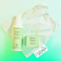 """Soins ultra-doux 100% bio pour la peau très sensible des bébés. L'Huile Bébé précieuse et pure de Balm Balm calme, hydrate et nourrit. Formulée sans parfum, elle convient même aux nourrissons et pendant la grossesse.  Le Baume Bébé Balm Balm avec sa merveilleuse texture 100% naturelle soigne, hydrate et nourrit la peau sensible des bébés. Les deux produits sont livrés dans une pochette """"liberty"""" en coton. - 26€ #balmbalm #bio #bebe #certifie #huile #baume #peau #cadeau  www.officina-paris.fr"""