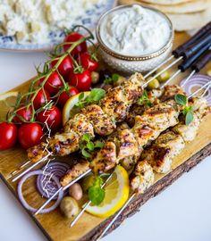 Souvlaki- Grekiska kycklingspett - ZEINAS KITCHEN Summer Recipes, Great Recipes, Chicken Supreme, Chicken Souvlaki, Chicken Gyros, Zeina, Juicy Fruit, Grilling Recipes, Food Inspiration