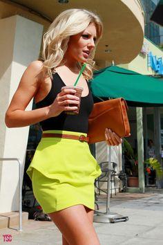 Saia neon, blusa preta e acessórios caramelos e foi uma ótima combinação de Mollie King.