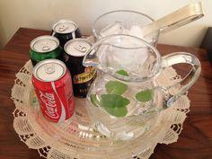 Como já mostrei aqui, quando a ocasião é mais informal, coloco uma bandeja com latinhas de refrigerante, junto com uma jarra de água. Antes dos convidados sentarem, servi água nas taças vermelhas de cada lugar, o que facilita bastante.